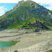 Niedrigwasser am Spullersee gibt Blick auf historische Grundmauern von einstiger Alpe frei