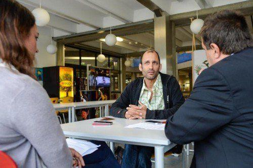 Herwig Bauer im Gespräch mit den VN in der HTL Rankweil. Hier werden gerade die Möbel fürs Festival gefertigt.