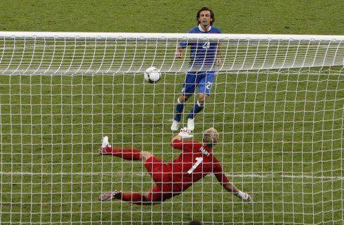 """Andrea Pirlo trifft im Elferschießen für Italien im Viertelfinale 2012 per """"Panenka"""" und versetzt den Engländern damit einen """"psychologischen Schlag""""."""