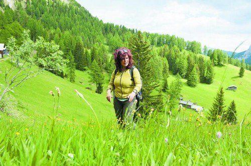 In den blühenden Wiesen der Südtiroler Berge ist Kräuterfee Sigrid Thaler Rizzolli voll in ihrem Element.