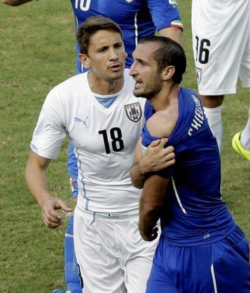 Italiens Verteidiger Giorgio Chiellini zeigt dem Schiedsrichter die Biss-Spuren von Luis Suarez an seiner linken Schulter. Foto: ap
