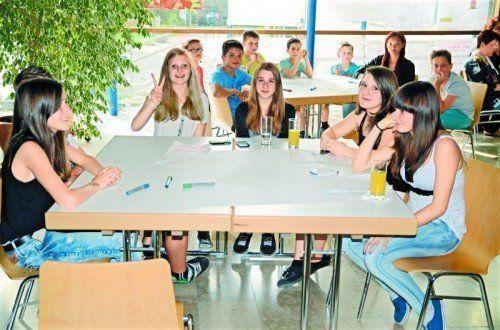 Jugendliche bereiten das Bürgercafé in der Gemeinde Altach vor.  Foto: Stefan Sandholzer