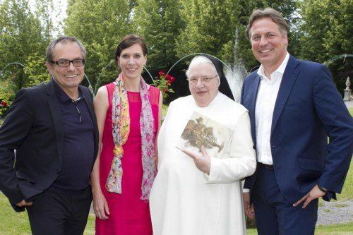 Künstlerpaar Frank Paul Kistner u. Bettina Meister (l.) mit den Herausgebern Sr. Agnes und Klaus Vogt Fotos: Franc