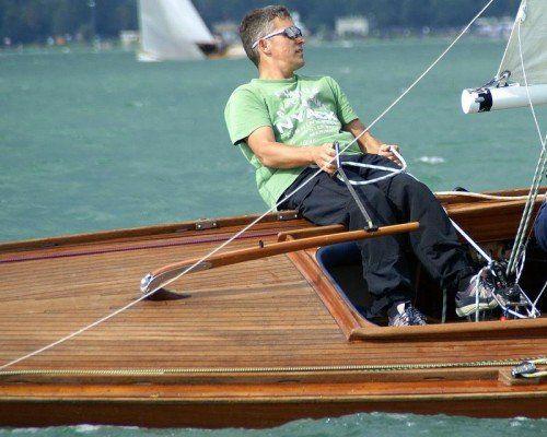 Markus Bilgeri hat auf dem Segelboot das richtige Feingefühl für das Zusammenspiel von Wind und Segel. Foto: Thüringer