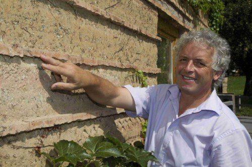 Martin Rauch überzeugt immer mehr Menschen von den Vorteilen des Baustoffes Lehm.  Foto: VN/Paulitsch