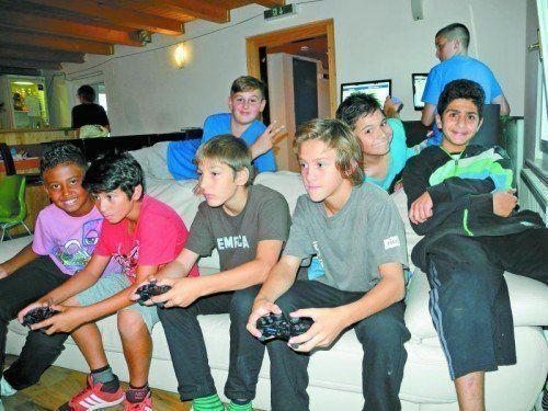 Ob Playstation und Tischfußball spielen, Musik hören, im Internet surfen, tanzen oder sich bei kleinen Snacks und einem Getränk unterhalten - das Jugendhaus K9 macht's möglich. Fotos: Offene Jugendarbeit Frastanz