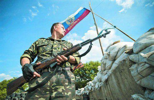 Ostukraine: Kontrollposten prorussischer Separatisten. Aus Moskau kommen gemäßigte Töne, die Kämpfe dauern jedoch an. Foto: Reuters