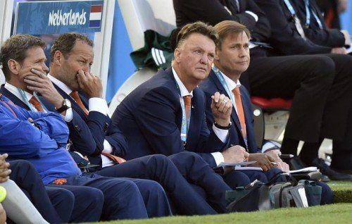 Sitzen ist besser als Stehen: Coach Louis van Gaal. Foto: ap