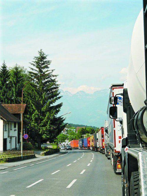 Täglicher Stau in Feldkirch, und die Lkw-Fahrten nehmen weiter zu. Foto: privat
