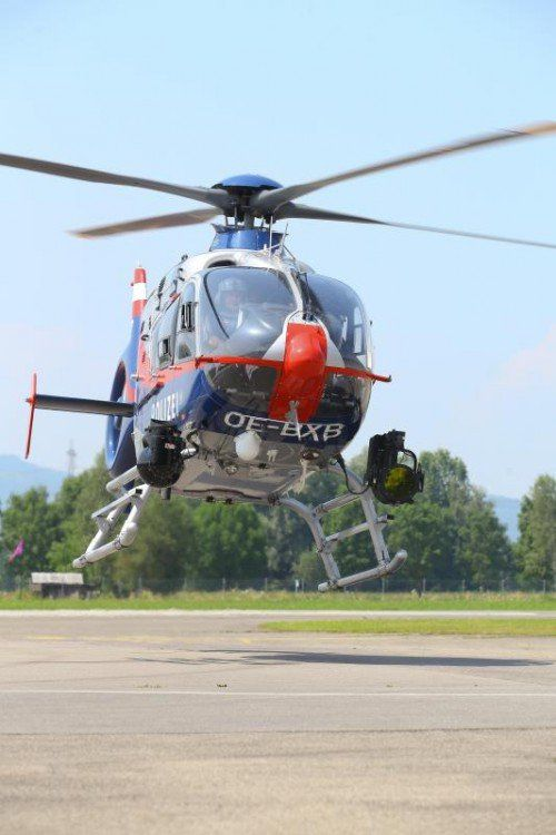 XXL-Bild - FLIR-Hubschrauber der Polizei; Piloten und Techniker erklären einen FLIR-Hubschrauber des Typs EC135