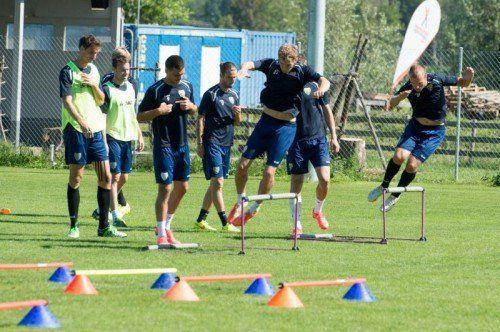 Abschlusstraining in Altach. Die Spieler, vorne Lukas Jäger (l.) und Patrick Seeger, gehen konzentriert ihrer Arbeit nach. Fotos: Stiplovsek/4