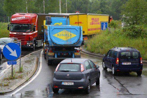 Weil die Kurve zu eng ist, gibt es regelmäßig Staus an der Autobahnauffahrt Frastanz. Foto: VN/Hofmeister