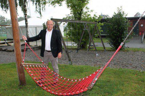 Bürgermeister Rhomberg präsentiert den neuen Spielplatz.