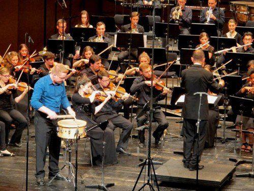 Das Orchester des Landeskonservatoriums unter Benjamin Lack mit Andreas Wachter an der Trommel.  Foto: JU