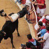 Pamplona-Stier spießt zwei Menschen auf