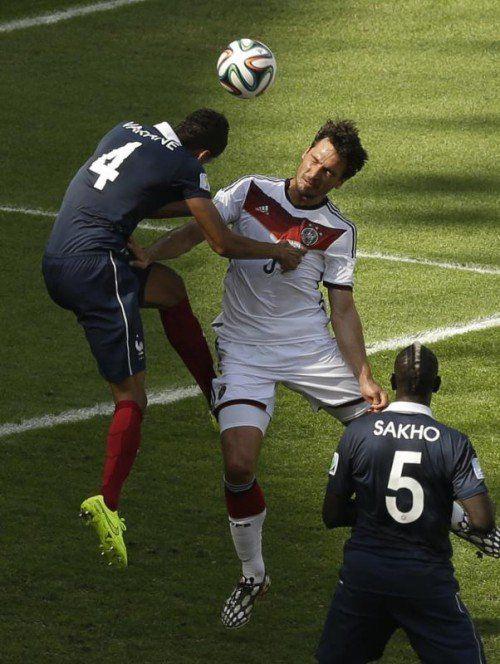 Die Entscheidung im Stadion Maracana: Mats Hummels setzt sich gegen Raphael Varane durch. Foto: ap