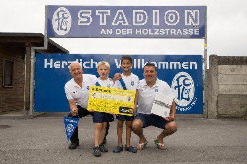 Die FC'ler Eckhard Hämmerle (l.) und Huschi Armut (r.) mit den U-7-Spielern Laurin Bösch und Karim Rehman (v. l.) mit dem Scheck. Hartinger