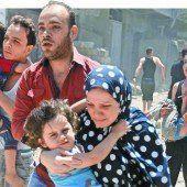 Die Zivilbevölkerung flüchtet vor den zahlreichen Bombardements