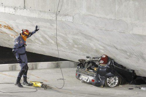 Ein Pendlerbus, zwei Lastwagen und ein Auto waren unter Betonteilen eingeklemmt. Zwei Menschen starben, 19 weitere wurden verletzt. AP