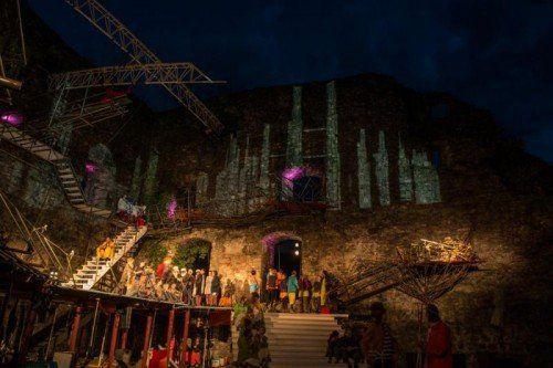 """Farbenprächtig präsentiert sich die Aufführung des Musiktheaters """"Die Vögel"""" von Gerold Amann. foto: r. amann"""