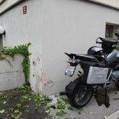 Motorrad versus Wand