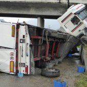 Tiroler Lkw kracht gegen Brücke