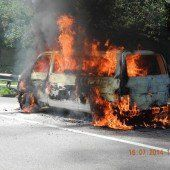 Kleinbus auf der A14 in Flammen