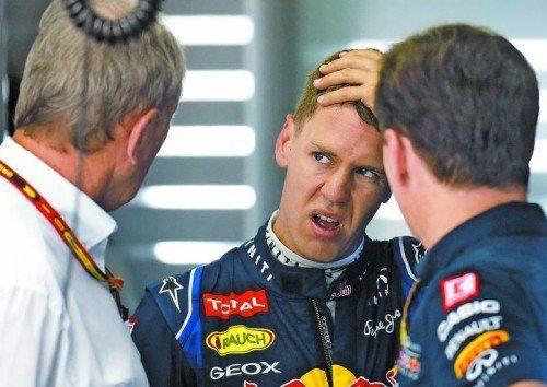 Glücklich sieht anders aus: Sebastian Vettel beim Report mit dem Chef Helmut Marko (l.) und Christian Horner. Foto: ap