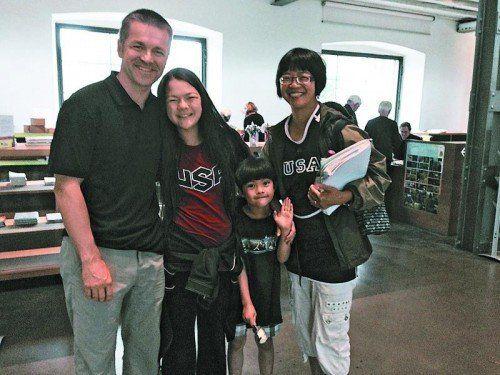 Heimatbesuch im Ländle: Peter Haberl mit Tochter MeiLan, Sohn Alexander und Gattin Corinne. Foto: ko