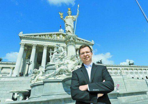 Christoph Konzett vor dem Parlament: 54.000 Unterschriften für U-Ausschuss. Foto: Herbert Pfarrhofer