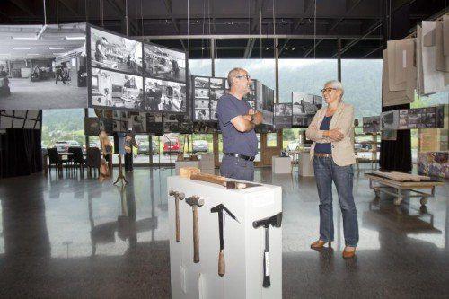 """Künstler Hubert Matt und Werkraum-Geschäftsführerin Renate Breuß: Die Ausstellung """"Werkstätten"""" ist ab heute geöffnet. Foto: VN/Paulitsch"""
