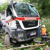 Lkw stürzt in Bachbett