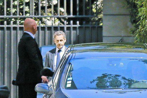 Nicolas Sarkozy gestern Vormittag vor seinem Amtssitz in Paris: Gerüchte um sozialistische Verschwörung. Foto: Reuters