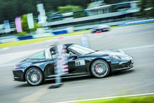 Porsche auf der Flucht vor Überfall: Mit Highspeed durch die Tore – da wird's richtig eng. Fotos: Werk/Houdek