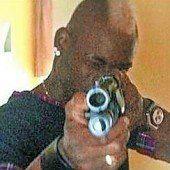 Balotelli posiert mit Gewehr