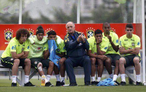 Strategie-Besprechung: Brasiliens Coach Luiz Felipe Scolari (Mitte) beim Training. Foto: reuters