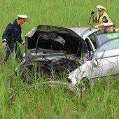 Auto drei Mal im Feld überschlagen
