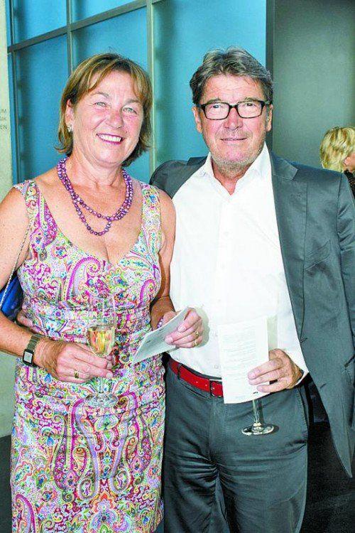 Von der Ausstellung begeistert: Willi Muzyczyn mit Silvia.