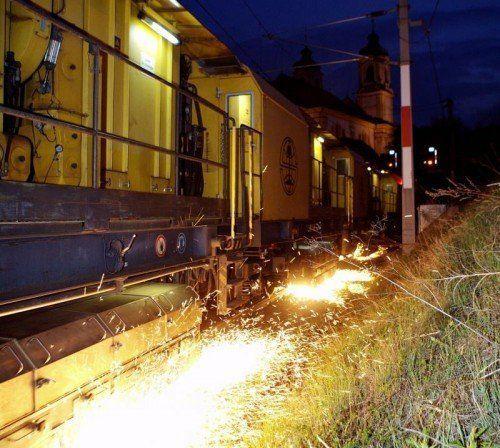 Schienenschleifzug ist zwischen Bregenz und Lochau unterwegs.öbb