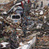 Helfer kämpfen sich zu den Erdbebenopfern vor