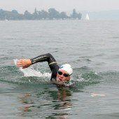 Extremsportler schwimmt den Rhein entlang