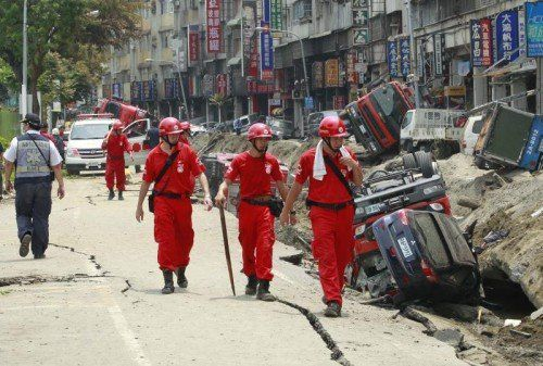 Aufnahmen zeigen ein Bild der Zerstörung.Tausende Einsatzkräfte eilten in die Gegend, um den Rettungseinsatz zu unterstützen.  Foto: AP