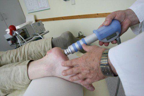 Bei der Behandlung des schmerzhaften Fersensporns ist die Stoßwellentherapie schon lange gang und gäbe.  foto: VN