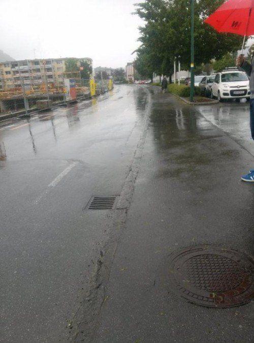 Die Unebenheiten der Karl-Höll-Straße führen bei Regen zu ungewollten Duschen für Fußgänger.  Privat