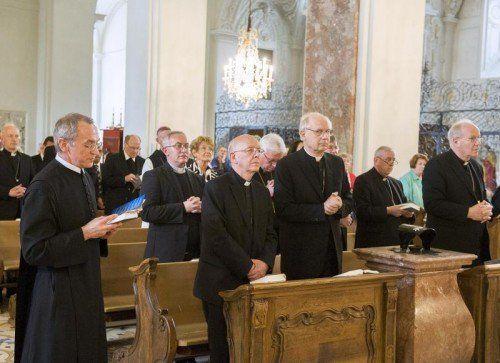 Bischof Kapellari (r.) hätte sich seinen Ruhestand längst verdient. APA