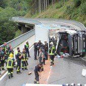 Lkw-Fahrer stirbt bei Frontal-Crash