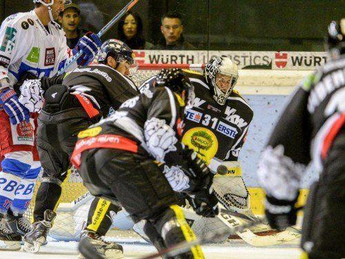 Dicke Luft vor dem Gehäuse von Bulldogs-Goalie David Madlener, der gegen die Towerstars durchspielte. Foto: GEPA
