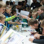 Heiß begehrt: Die Autogramme der Altacher Kicker