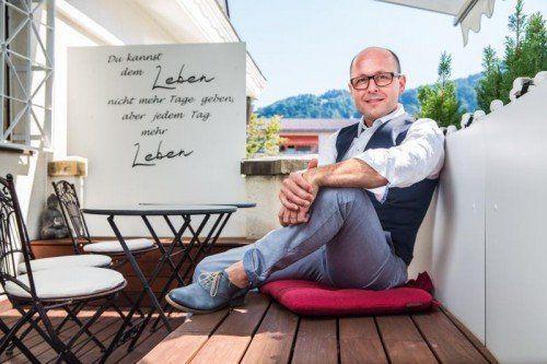 Hat sein ganz persönliches Lebensmotto gleich auf seiner Terrasse verewigt: Vorarlbergs SP-Landeschef Michael Ritsch. Fotos: MK