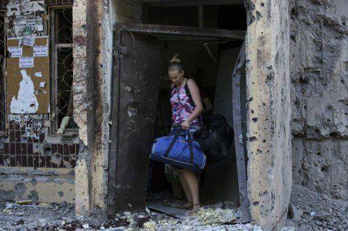 In der Ostukraine suchen die Menschen in Kellern Schutz vor den Bombardements der Armee. Hunderttausende sind auf der Flucht. Fotos: reuters, epa